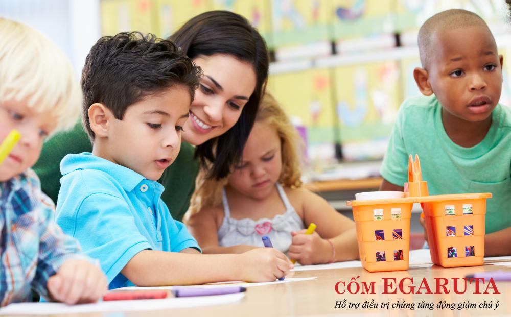 Trẻ tăng động rất cần sự quan tâm và hướng dẫn từ cha mẹ, thầy cô giáo